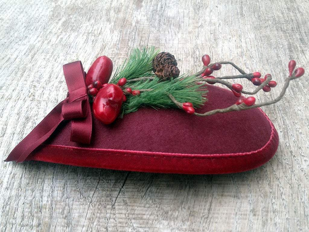 FASCINATOR - FABULOUS DROP SHAPED CHRISTMAS HEADDRESS IN DARK RED WITH GREENERY, BEERIES AND BOW © Seegang Berlin