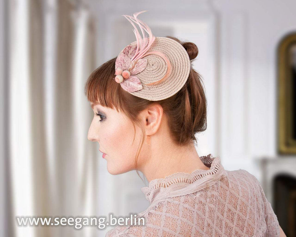 FASCINATOR - HAT IN THE PEACHY KIND OF BEIGE AND ROSÉ COLOR © Seegang Berlin