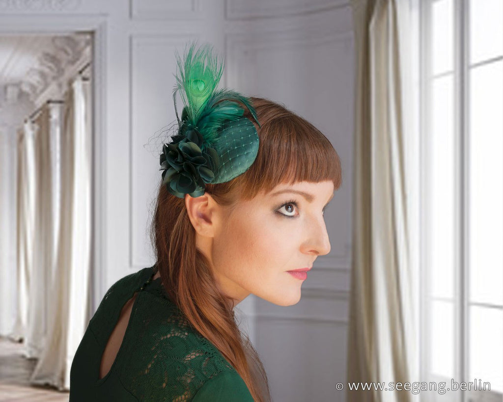 FASCINATOR - HEADDRESS IN SHINY GREEN WITH COLORED PEACOCK FEATHER © Seegang Berlin