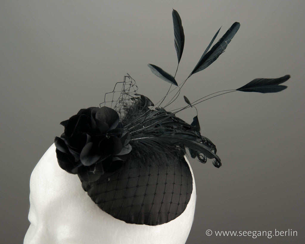 FASCINATOR - HEADPIECE WITH BLACK ROSES AND SWINGING FEATHERS © Seegang Berlin