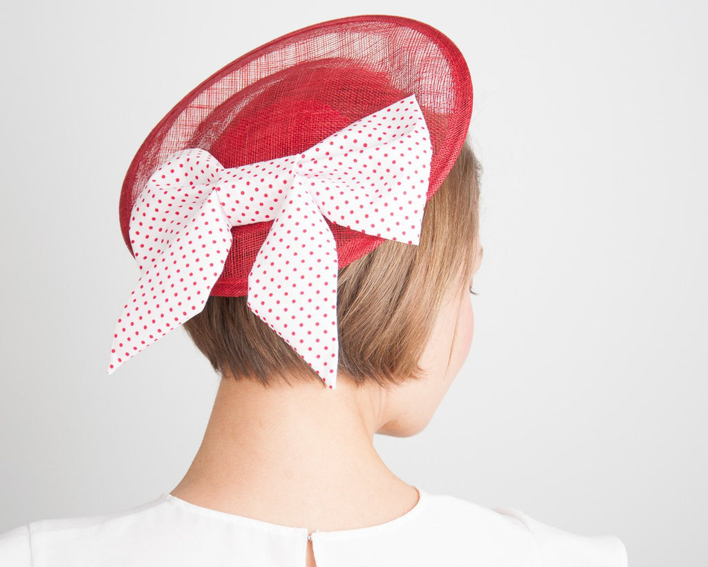 FASCINATOR - LITTLE HALO HAT WITH POLKA DOTS BOW IN WHITE AND RED FOR FRESH VINTAGE LOOK © Seegang Berlin
