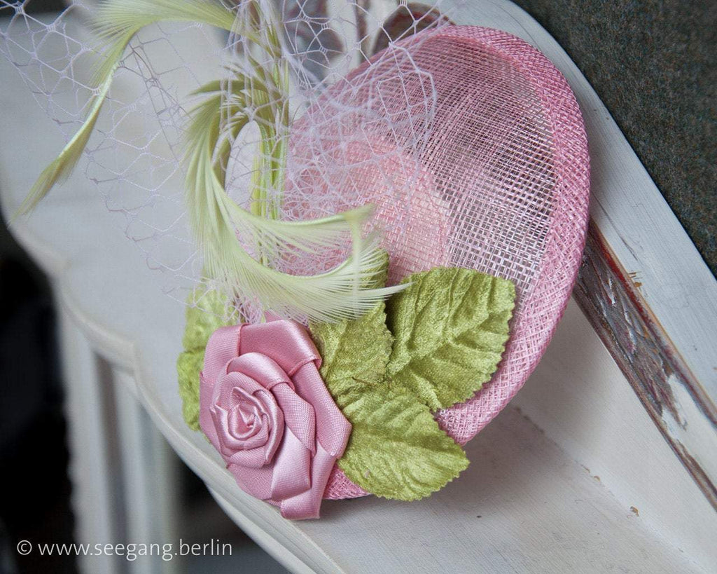 FASCINATOR - VINTAGE STYLE HEADPIECE IN LIGHT PINK WITH FEATHERS AND VELVET LEAFS IN GREEN © Seegang Berlin