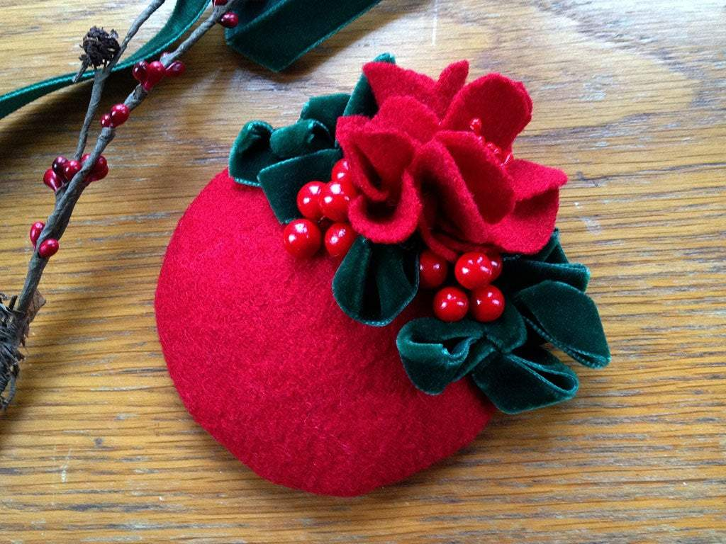 FASCINATOR - WINTERTIME DREAM IN RED FELT AND GREEN VELVET © Seegang Berlin