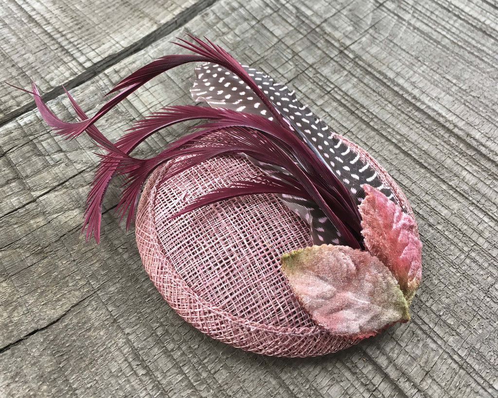 FASCINATOR - WITH VINTAGE VELVET LEAFS AND FEATHERS IN DUSTY PINK AND DARK RED © Seegang Berlin