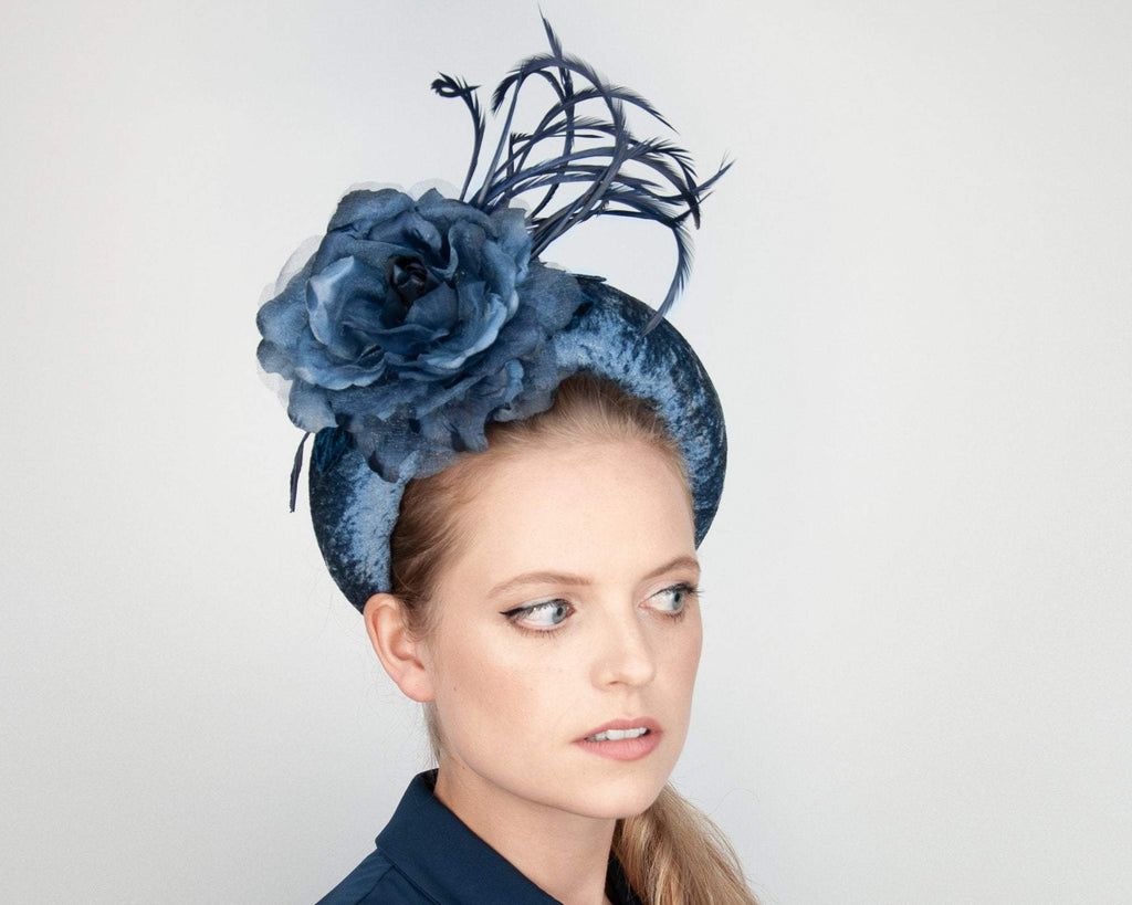 HAIR CIRCLET - BOLD VELVET HEADBAND WITH A ROSE AND FEATHERS IN MANY SHADES OF BLUE LIKE BLUESTONE, POWDER, LIGHT AND NAVY BLUE. © Seegang Berlin