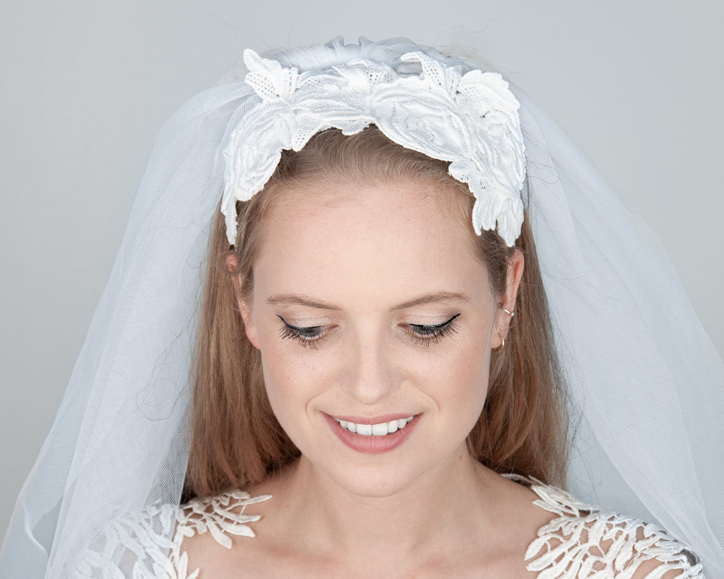 HAIR CIRCLET - BRIDAL LACE HEADBAND FOR BOHO INSPIRED HAIRSTYLES IN WHITE AND CREAM © Seegang Berlin