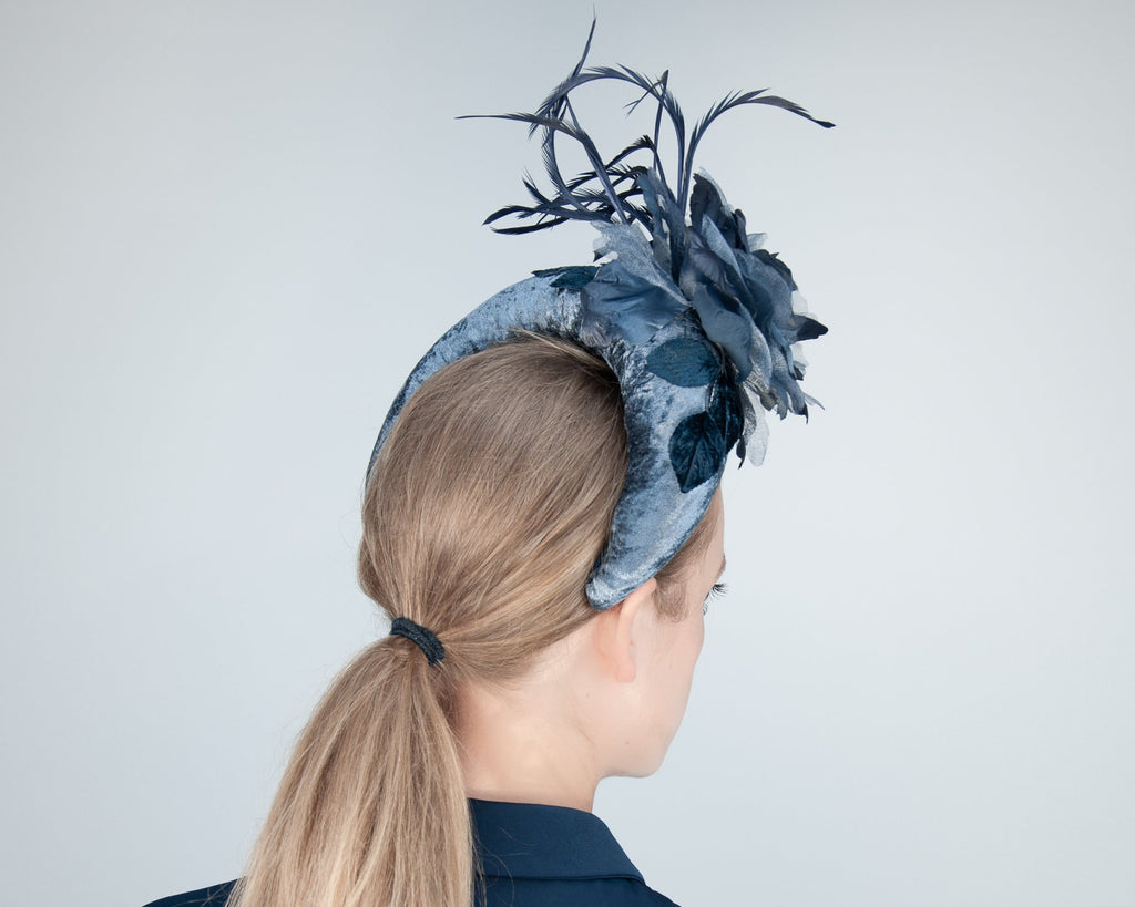 HAIR CIRCLET - ELEGANT BOLD HEADBAND IN BLACK VELVET WITH A ROSE AND SWINGING FEATHERS © Seegang Berlin