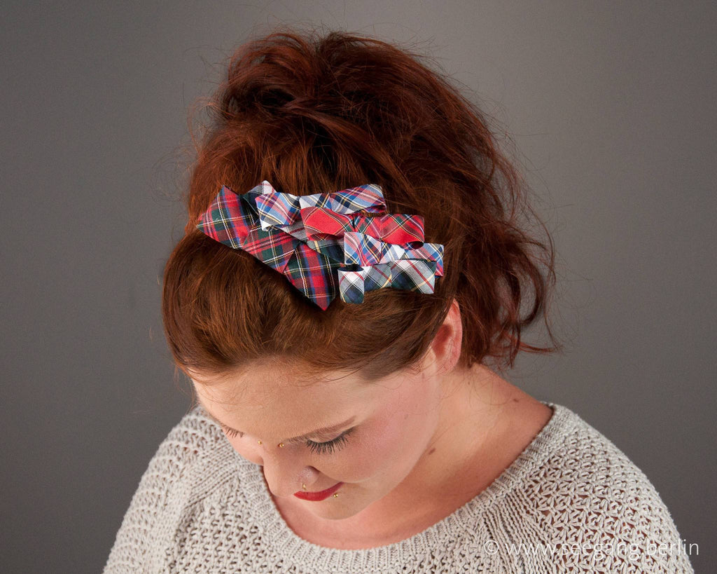 HAIR CIRCLET - HAIR ACCESSORY WITH A BUNCH OF TARTAN BOWS IN CLASSIC COLOURS © Seegang Berlin