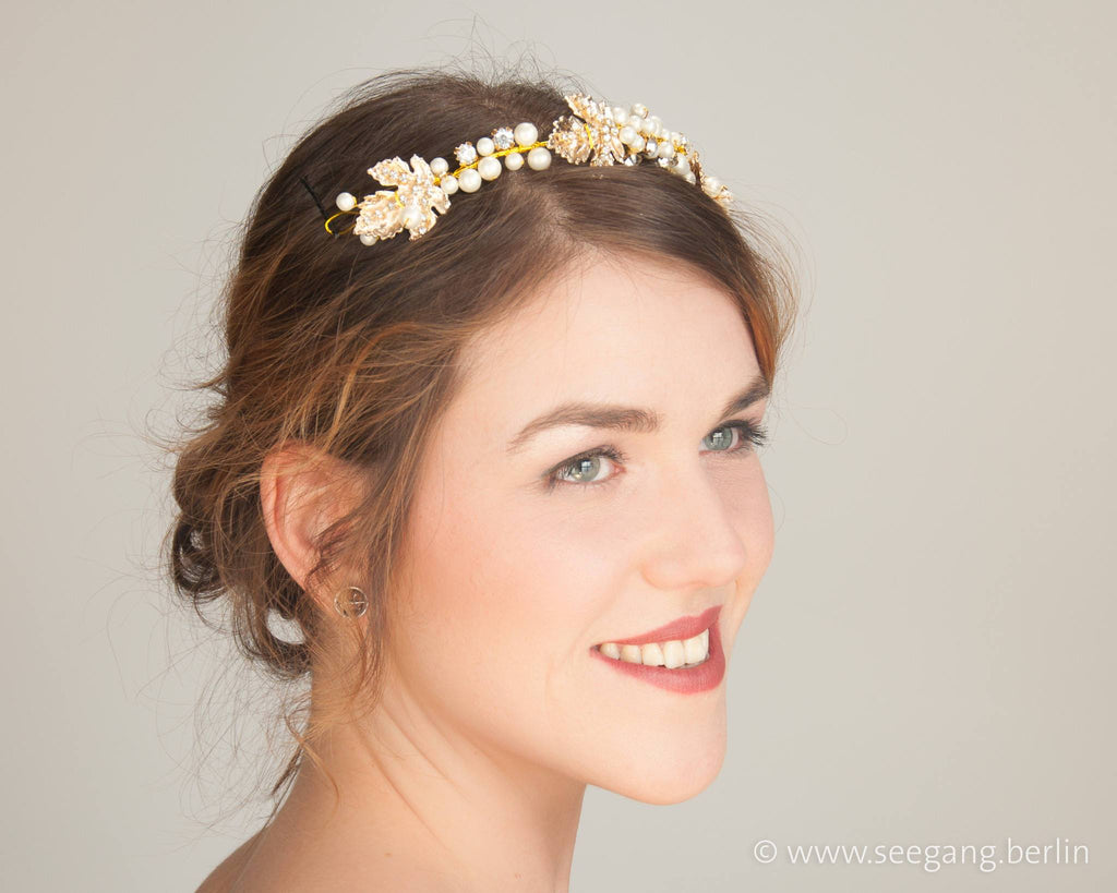 HAIRBAND - BRIDAL JEWELLERY WITH WHITE PEARLS AND DETAILS IN GOLDEN COLOUR © Seegang Berlin