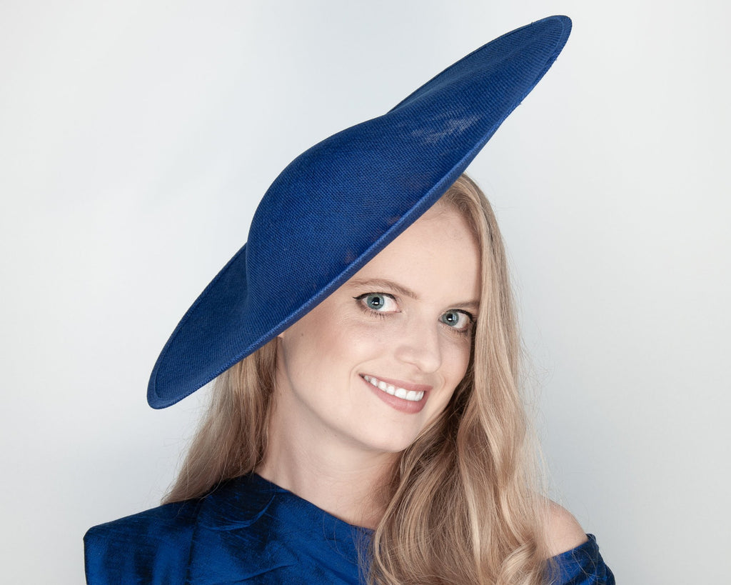 HALO HAT - BIG SUMMER HAT FOR A NEW LOOK IN BOLD MINIMALISM IN A LIGHT AIRY BLUE © Seegang Berlin