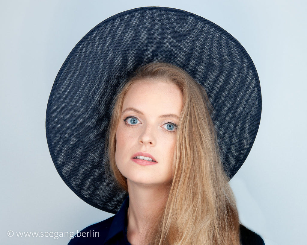 HALO HAT - BLACK HEADDRESS IN THE ELEGANT NEW LOOK OF THE 50S, THIS VINTAGE STYLE IS ALWAYS CONTEMPORARY © Seegang Berlin