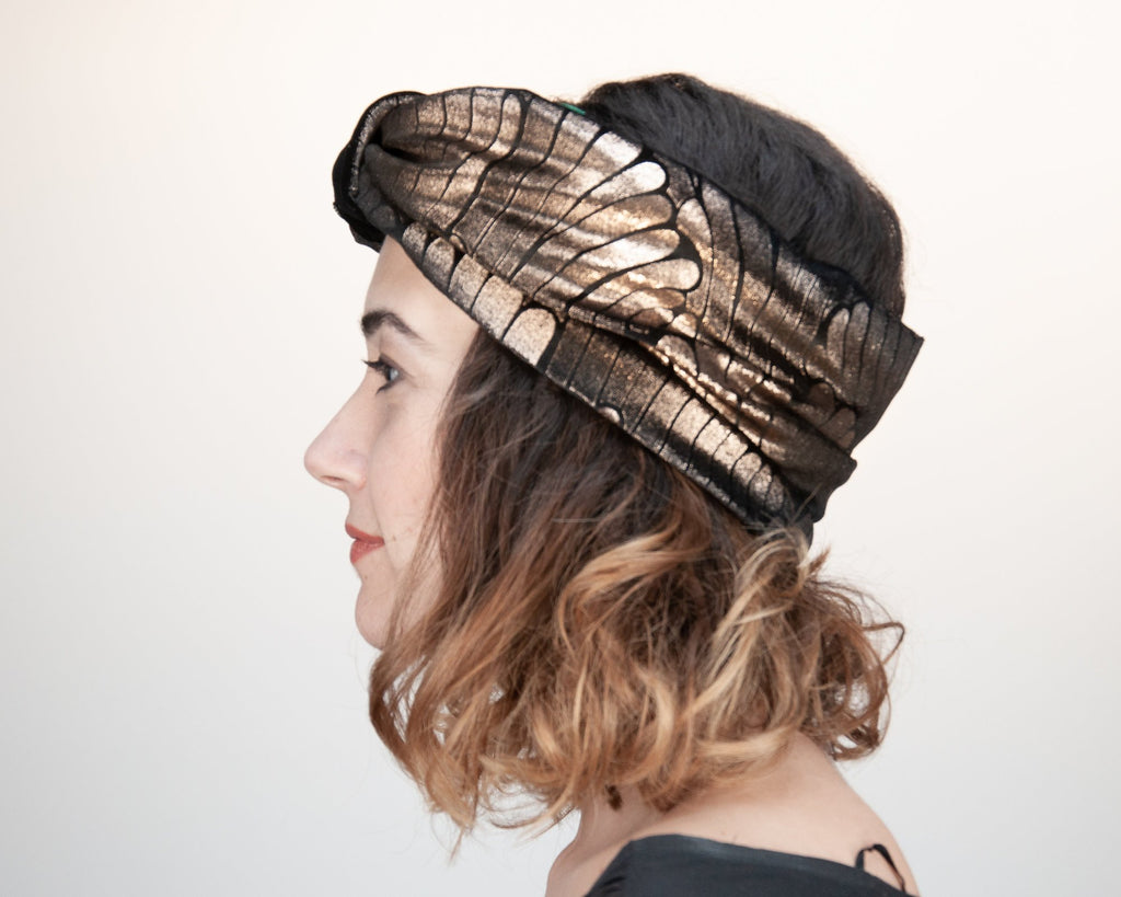HEADBAND - TURBAN HEADDRESS IN GLAMOROUS BLACK VELVET WITH GOLDEN WINGS © Seegang Berlin