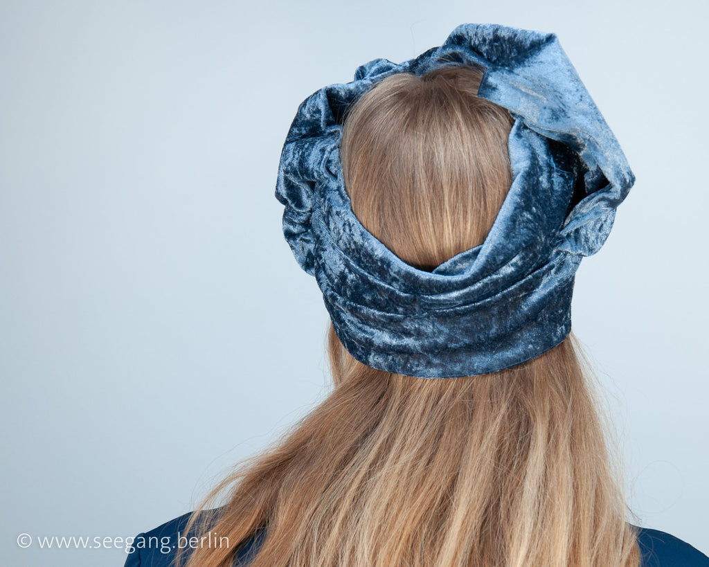 HEADBAND - TURBAN HEADDRESS IN SHADES OF BLUE SHIMMERING VELVET © Seegang Berlin