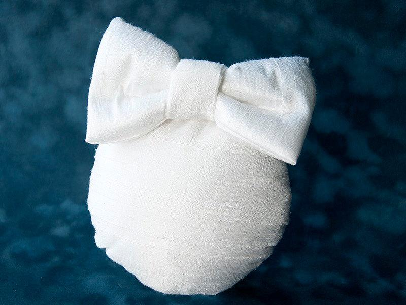 LULU - BRIDAL FASCINATOR WITH A BOW IN WHITE OR OFFWHITE PURE SILK © Seegang Berlin