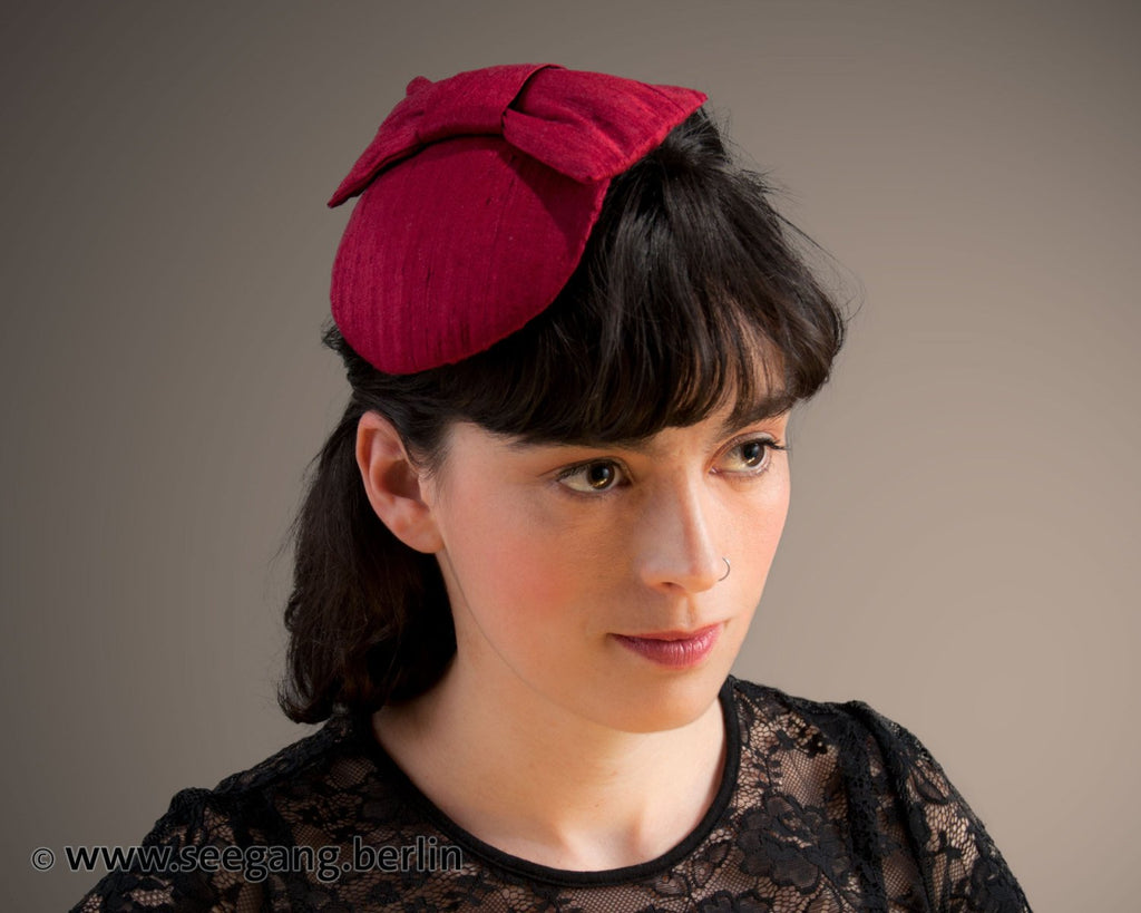 LULU - SILK FASCINATOR WITH A BOW IN DARK WOODLAND FOREST GREEN © Seegang Berlin