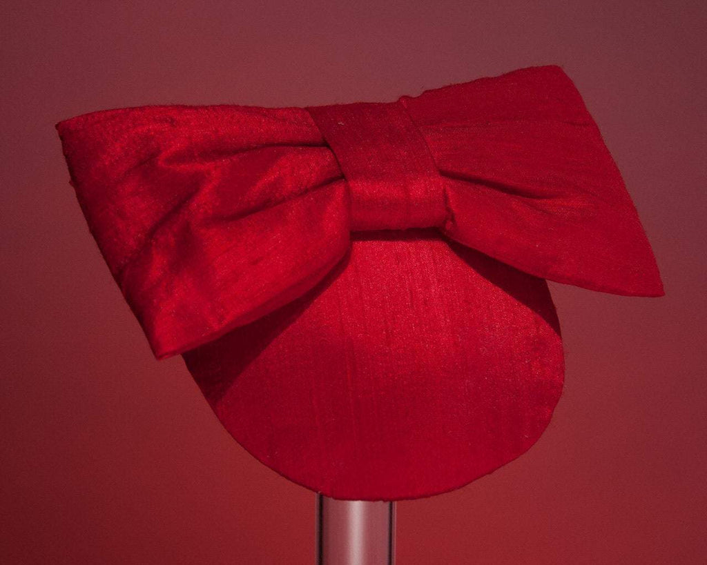 LULU - SILK FASCINATOR WITH A BOW IN DEEP WINE RED © Seegang Berlin