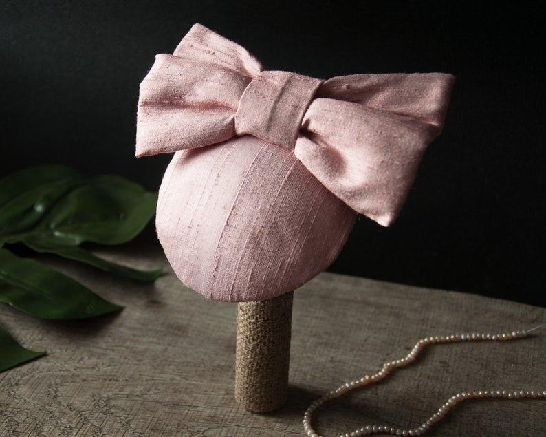 LULU - SILK FASCINATOR WITH A BOW IN MISTY MAUVE DUSTY DARK AUBEGINE LILAC © Seegang Berlin