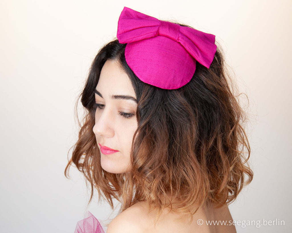 LULU - SILK FASCINATOR WITH A BOW IN SHOCKING HOT PINK © Seegang Berlin