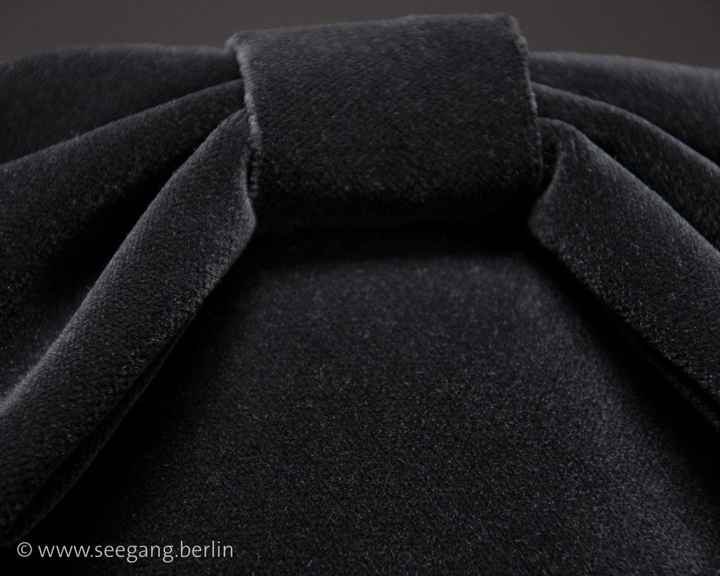 LULU - VELVET FASCINATOR WITH A BOW BACK IN BLACK © Seegang Berlin