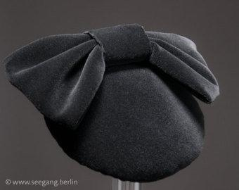 LULU - VELVET FASCINATOR WITH A BOW IN DARK RUBY RED WINE © Seegang Berlin