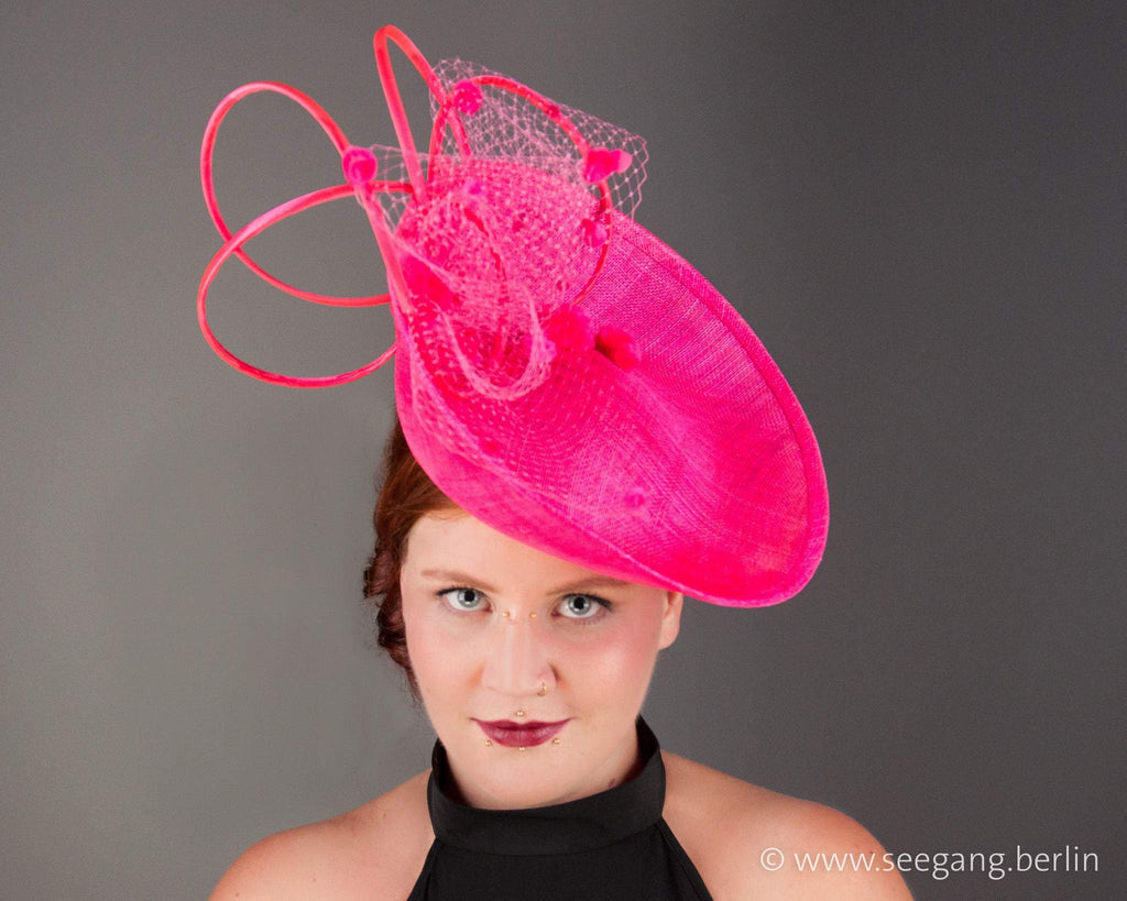 STATEMENT HAT - AN EXPLOSION OF PINK POMPONS IN A SPAGETTI SWIRL © Seegang Berlin