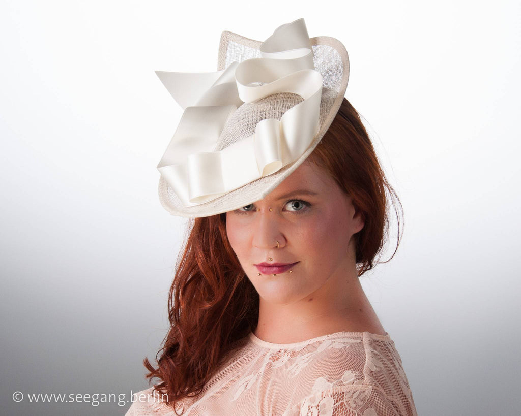 STATEMENT HAT - QUEEN SIZE HEADDRESS WITH AIRY BOW AND FLYING RIBBONS © Seegang Berlin