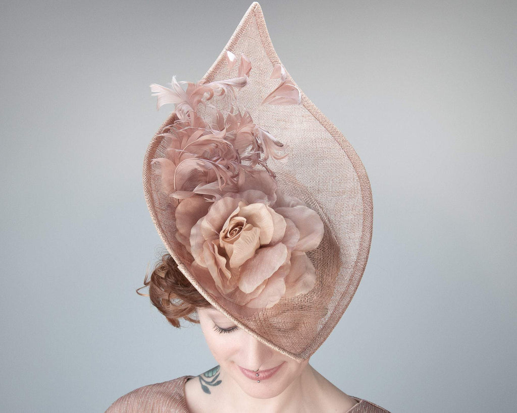 STATEMENT HAT - ROSEWOOD HEADDRESS WITH A ROSE AND CURLED, SWINGING FEATHERS © Seegang Berlin