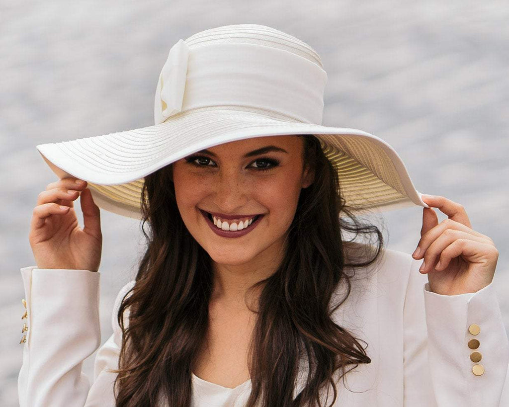 STATEMENT HAT - SUMMER WHITE WITH A WIDE BRIM AND A BOW © Seegang Berlin