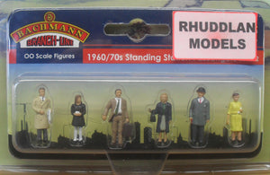 BACHMANN SCENECRAFT 36-402 OO 1960/70 STANDING STATION PASSENGERS - (PRICE INCLUDES DELIVERY)