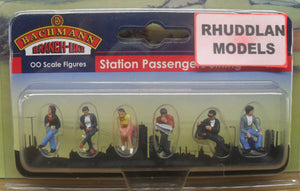 BACHMANN SCENECRAFT 36-045 OO STATION PASSENGERS SITTING - (PRICE INCLUDES DELIVERY)