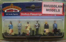 Load image into Gallery viewer, BACHMANN SCENECRAFT 36-044 OO STATION PASSENGERS STANDING - (PRICE INCLUDES DELIVERY)
