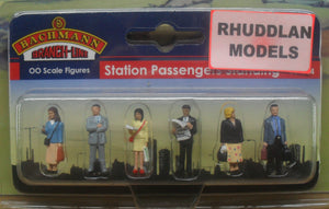 BACHMANN SCENECRAFT 36-044 OO STATION PASSENGERS STANDING - (PRICE INCLUDES DELIVERY)