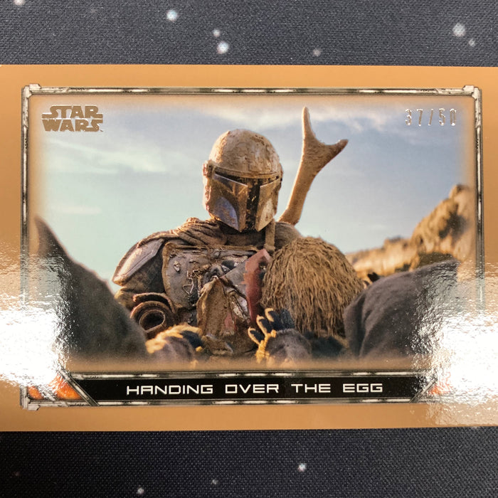 Star Wars - The Mandalorian 2020 -  024 - Handing over the Egg - Bronze Border - 37/50