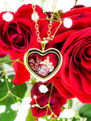 Love Set in Charmwaechter Heart gold haengend vor roten Rosen