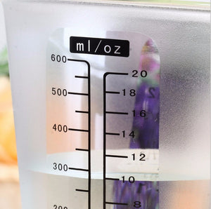 A CLOSE UP OF THE DIGITAL MEASURING CUP DISPLAYING THE VOLUME INDICATION ON THE SIDE OF THE CUP IN ML/OZ