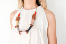 Upload image to gallery viewer, Modelo con collar Raíces en naranja