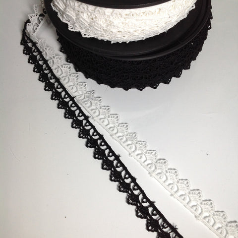 #YT204525 Scallop Edge Lace Black or White 18mm