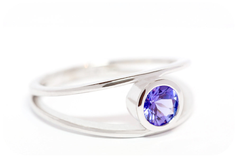 Split Band Ring with 0,47ct Tanzanite crafted in 925 Sterling Silver - Victoria's Jewellery