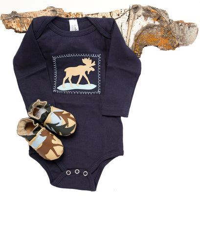 Moosewinkle Gift Set (navy onesie, sand shoes)