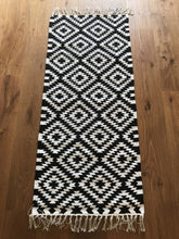 Load image into Gallery viewer, Liv Interior Black/ White Apache Runner