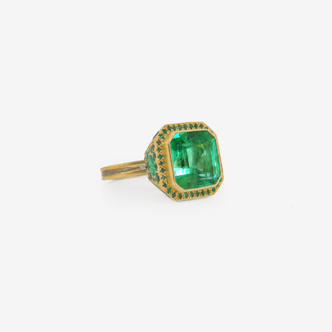 JUDY GEIB 22K, SILVER & SQUARE COLOMBIAN EMERALD RING, 9CT, WITH RANDOM PAVE BEZEL