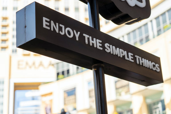 "Schild mit der Aufschrift ""Enjoy the simple things"""