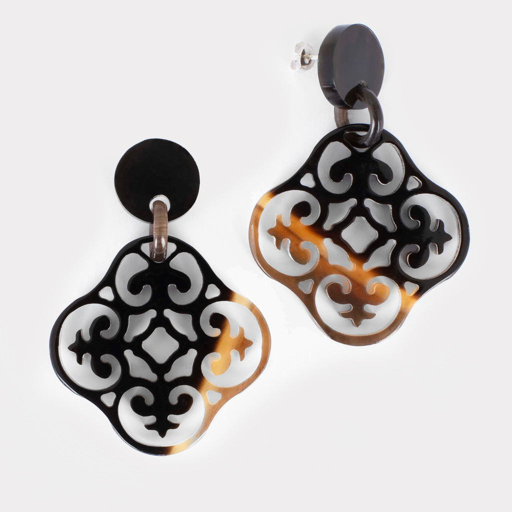 Dora earrings: Carved Baroque earrings in buffalo horn. Color: brown shades.