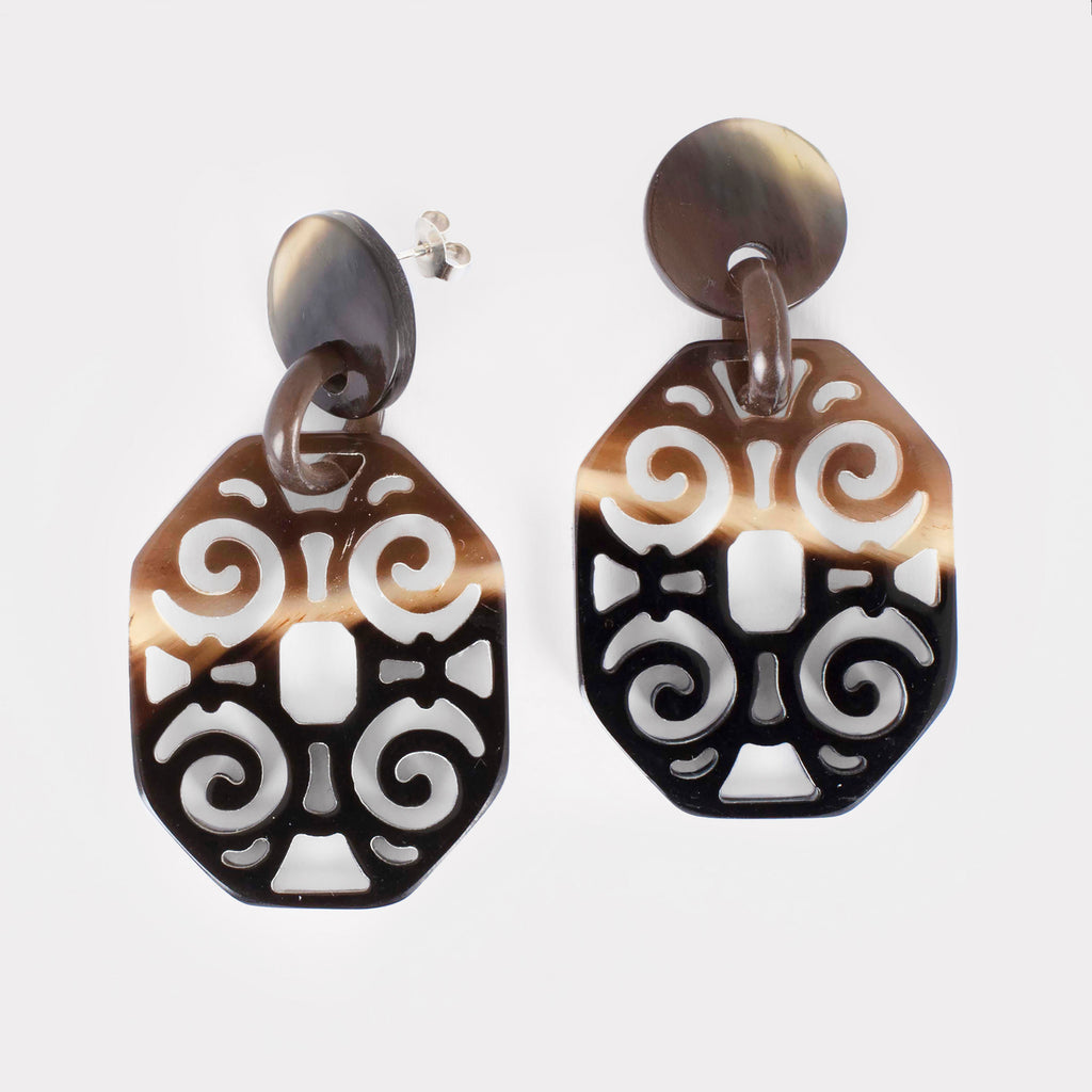 Elsa earrings: Carved Artdeco earrings in buffalo horn. Color: brown shades.