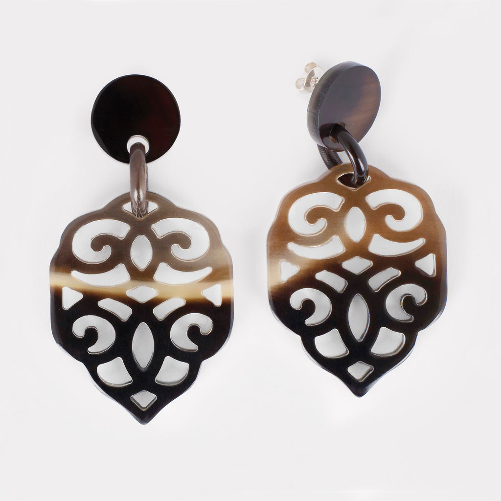 Nuba earrings: Carved drop ornament earrings in buffalo horn. Color: brown shades.