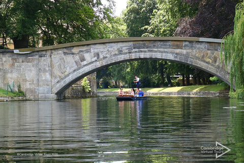 go-punting-at-Cambridge-UK