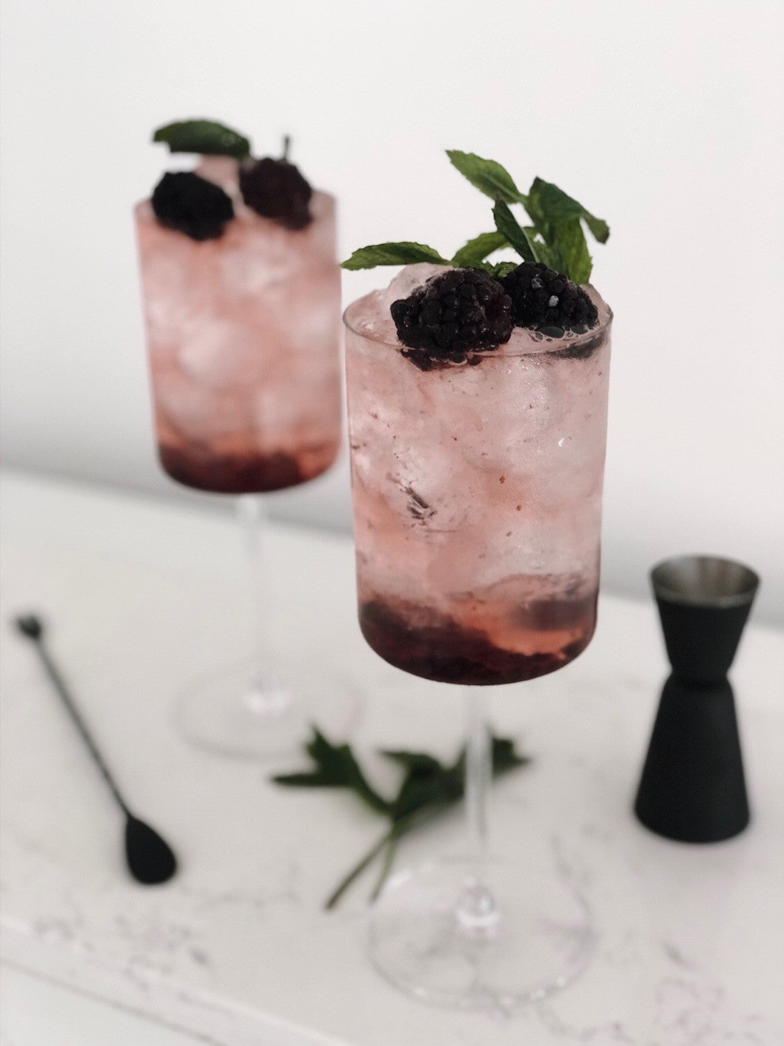 Blackberry Gin Cocktail - Recipe by Instagram @klauddesign_