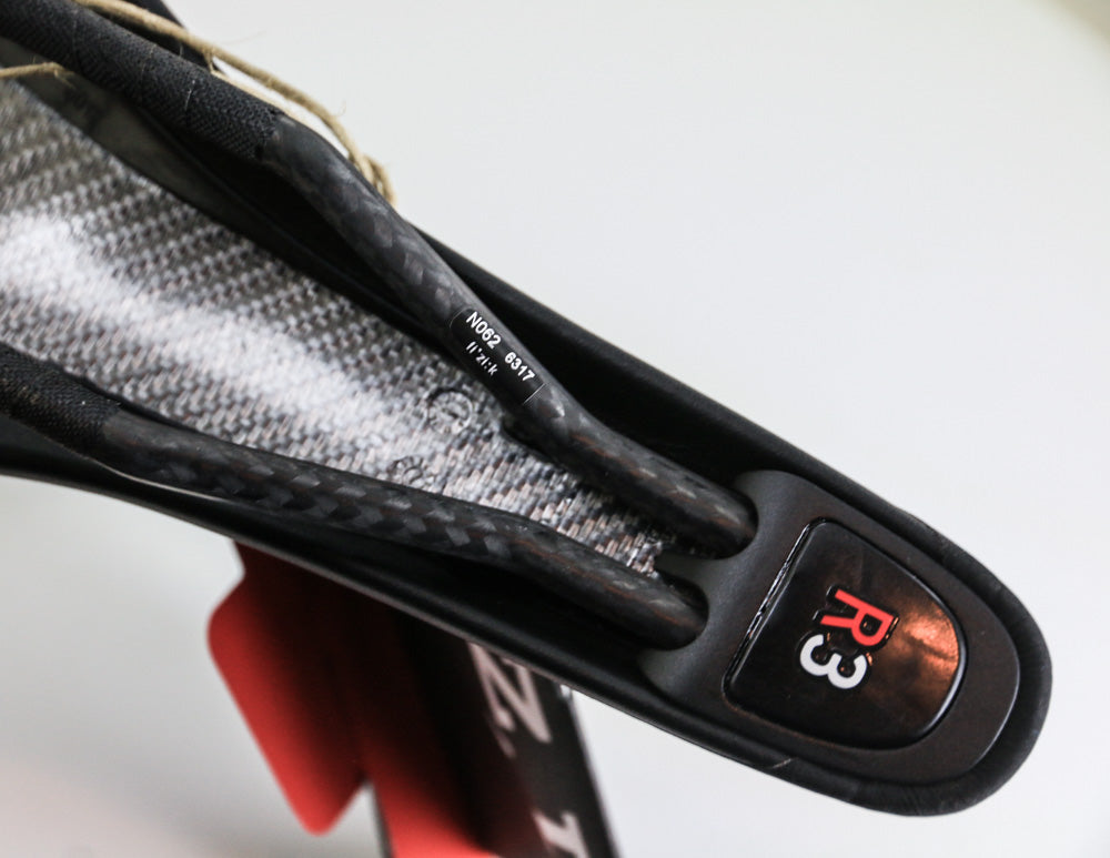 fi/'zi:k ARIONE R3 CARBON Saddle Fizik Bike Saddle Carbon Rails Black//Red Road
