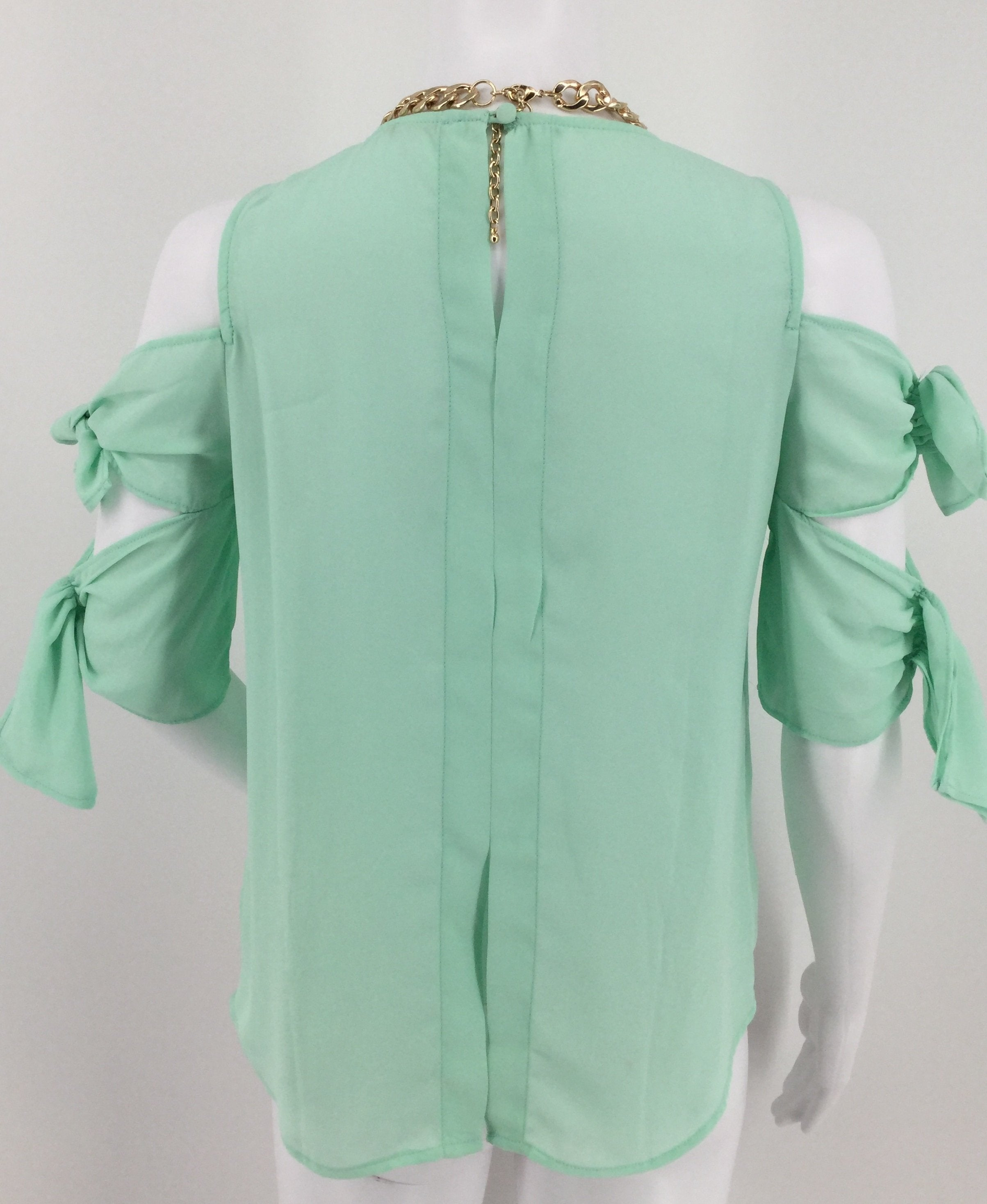 Gianni Bini Mint Green Cold Shoulder Short Sleeve Top Size S - <p> </p> <ul> <li>gianni bini mint green cold shoulder short sleeve top size small</li> </ul> <p> </p> <ul> <li>slight open back</li> </ul> <p> </p> <ul> <li>keyhole cutout at top with button</li> </ul> <p> </p> <ul> <li>pair with jeans or a skirt for an adorable summer outfit!</li> </ul> <p> </p> <p>necklace not included</p>