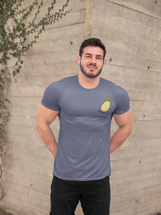 modele-homme-grand-muscle-barbu-sourire-tshirt-fruit-indigo-ananas-ohmyfruits-bois-feuilles